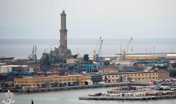 Lighthouse of Genoa at the Port of Genoa. (source: Wikimedia/Mstyslav Chernov)